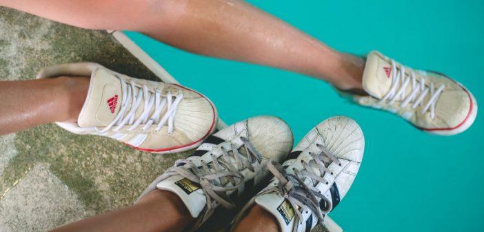 Vom Sportplatz auf den Laufsteg: Sneaker liegen im Trend